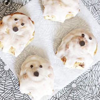{Easy Halloween Breakfast} Cinnamon Roll Ghosts