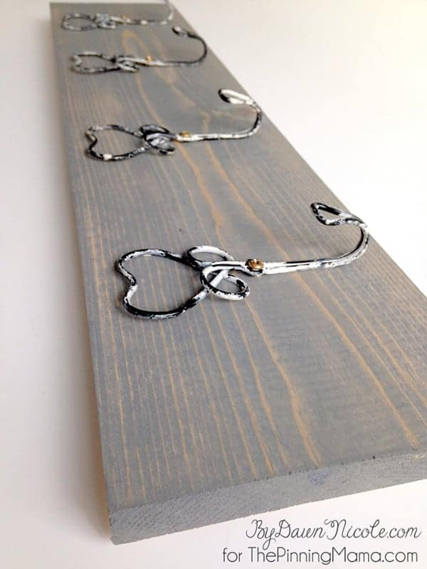 How perfect is this easy craft?  Love this rustic hook rack for hanging keys !