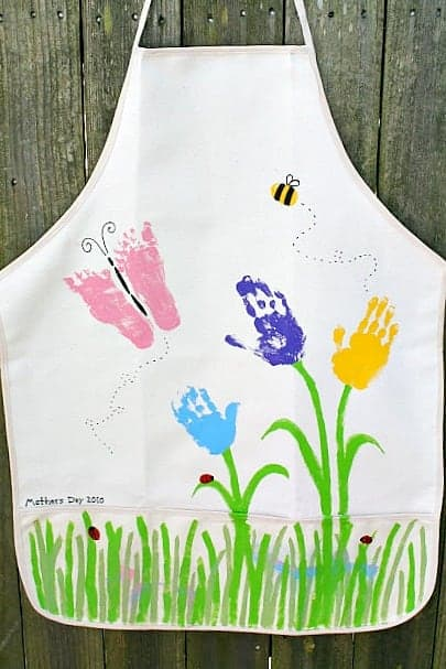 This is the cutest apron, what mother pr grandmother wouldn't love a hand print artwork apron?