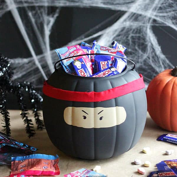 Who wants a boring orange halloween trick or treat pumpkin. Give it an easy makeover with spray paint and turn it into a NINJA bucket!