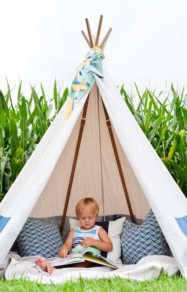 10+ Outdoor Boredom Busting Activities for Kids: DIY No Sew TeePee | www.thepinningmama.com