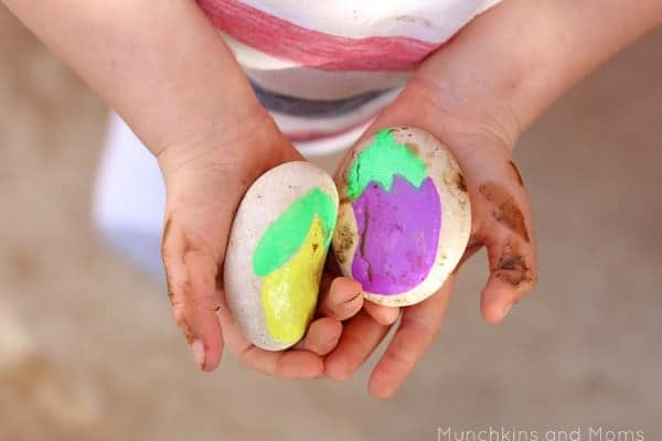 10+ Outdoor Boredom Busting Activities for Kids: Mud Kitchen Food | www.thepinningmama.com