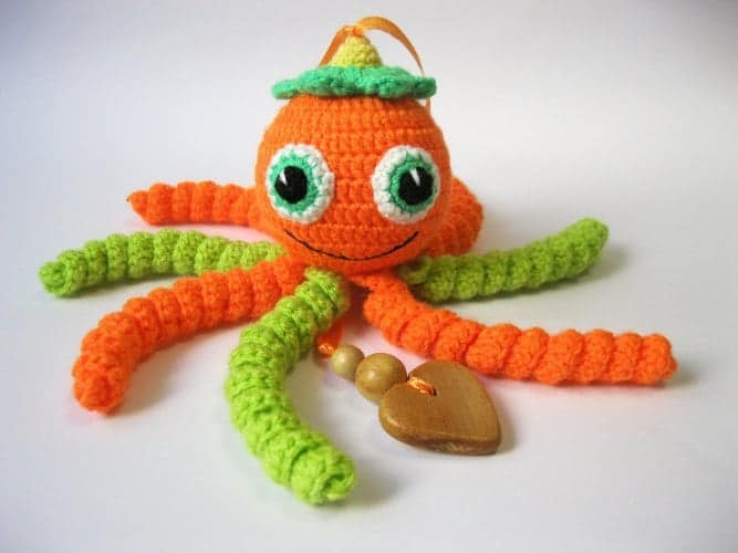 10+ Beautiful Handmade Baby Gifts: Knitted Octopus Rattle| www.thepinningmama.com